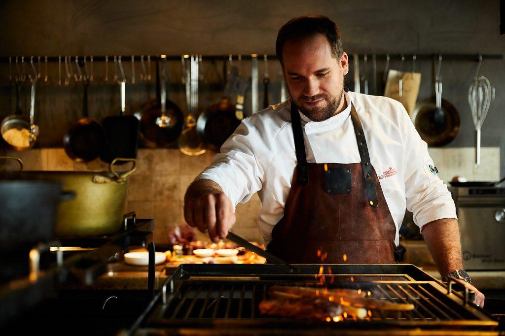 Felix Fischer in der Feuerküche des Farmer's Club Restaurant